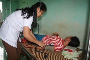 Bác sĩ Bùi Thị Huyền tận tình chăm sóc bệnh nhân.
