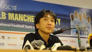 HLV Toshiya Miura tỏ ra vui vẻ sau trận đấu. (ảnh: Linh Phan)