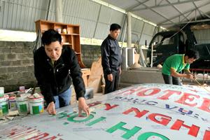Anh Nguyễn Đức Hạnh kiểm tra chất lượng sản phẩm trước khi bàn giao cho khách hàng.