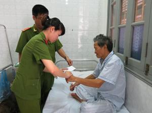 Cán bộ Đội cấp phát CMND đến tận giường bệnh làm thủ tục cấp phát CMND cho các trường hợp già yếu, ốm đau, bệnh tật khi có nhu cầu.