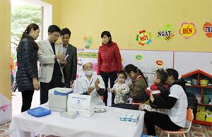 Bác sĩ Tô Thanh Phương kiểm tra, giám sát tại điểm tiêm chủng trong chiến dịch tiêm vắc xin Sởi-Rubella.