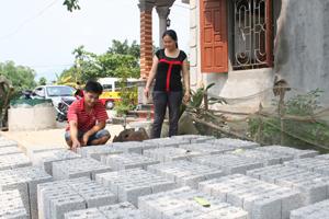 Gia đình chị Quách Thị Chung, xóm Bôi Cả, xã Nam Thượng (Kim Bôi) đầu tư sản xuất gạch bê tông cho thu nhập 200 triệu đồng/năm.