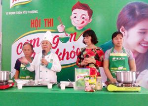 Chuyên gia dinh dưỡng tư vấn dinh dưỡng cho các hội viên tham dự hội thi.