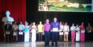 BTC trao giải cho các thí sinh đạt giải tại hội thi.