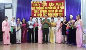 Đại diện lãnh đạo Hội LHPN tỉnh và Công an tỉnh tặng hoa và quà cho các hội viên phụ nữ tham dự giao lưu.