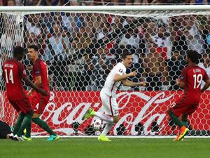 Lewandowski (áo trắng) mở tỷ số 1 - 0 cho Ba Lan (Ảnh: Sportinglife)