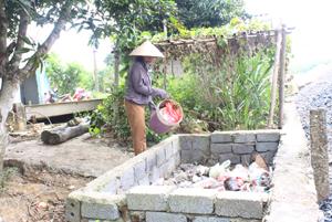 Các hộ gia đình  thôn Chéo Vòng,  xã Lạc Long (Lạc Thủy) tự xây hố, đổ rác  tập trung để đảm bảo cảnh quan và vệ sinh môi trường.