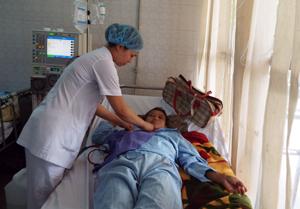Bệnh nhân tham gia BHYT được các y, bác sỹ Bệnh viện  Đa khoa tỉnh chăm sóc tận tỉnh.