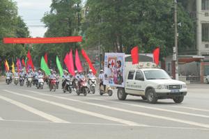 Diễu hành hưởng ứng ngày BHYT Việt Nam 1/7 trên các đường phố chính ở thành phố Hòa Bình.