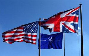 Cờ Mỹ, cờ NATO và cờ Anh tung bay tại trụ sở của NATO ở Brúc-xen (Bỉ). Ảnh: Reuters