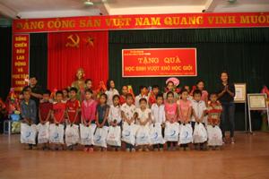 Đại diện Tập đoàn Hương Sen và Ban Tuyên huấn BCHQS tỉnh trao quà cho các em học sinh nghèo vượt khó của xã Liên Vũ (Lạc Sơn).