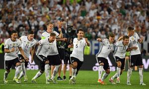 Jonas Hector đưa Đức vào bán kết với bàn thắng nâng tỉ số luân lưu lên 6-5. Ảnh: EPA