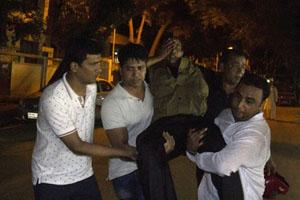 Người bị thương được đưa đi cấp cứu. Ảnh: www.thestar.com.