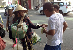 Khách du lịch Trung Quốc thô lỗ với người bán hàng ở Đà Nẵng