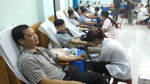 Đoàn viên công đoàn từ các công đoàn ngành và công đoàn T.W trên địa bàn tỉnh tham gia hiến máu tình nguyện.