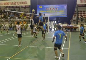 Trận chung kết môn bóng chuyền giữa Công an huyện Yên Thủy và Công an huyện Lạc Sơn.