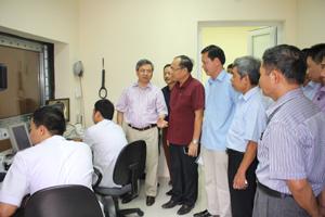 lãnh đạo Sở Y tế tìm hiểu  Hệ thống máy chụp cộng hưởng 1.5 Tesla được lắp đặt và đưa vào sử dụng tại BVĐK tỉnh.