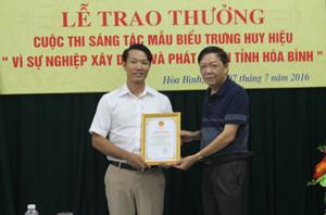Lãnh đạo Sở VH-TT&DL trao giải nhất cho tác giả Nguyễn Văn Công, cán bộ Trung tâm Văn hoá tỉnh.