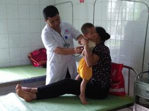 Bác sỹ Bệnh viện Đa khoa huyện Kim Bôi khám chữa bệnh cho các bệnh nhân tham gia BHYT.