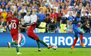 Eder trong tình huống tung cú nã đại bác, mang về thắng lợi trước tuyển Pháp cùng chức vô địch Euro 2016 cho Bồ Đào Nha. Ảnh: BPI.