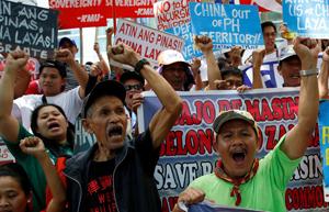 Người Philippines biểu tình phản đối các hành động ngang ngược của Trung Quốc ở Biển Đông bên ngoài lãnh sự quán Trung Quốc tại thành phố Makati (Ảnh: Reuters)