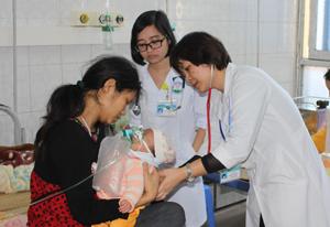 Y, bác sĩ Khoa Nhi (Bệnh viện Đa khoa tỉnh) hướng dẫn bà mẹ cách chăm sóc bé sau sinh. ảnh: P.V