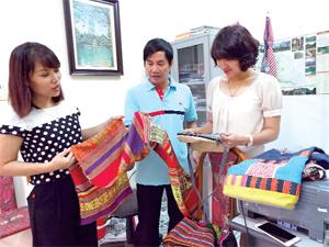 Cán bộ nghiệp vụ Sở VH-TT&DL tiếp nhận  mẫu sản phẩm của các tổ chức, cá nhân giỏi  đến hưởng ứng cuộc thi sáng tác các mẫu sản phẩm du lịch năm 2016.