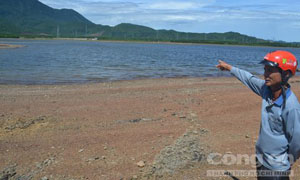 Ông Nguyễn Văn Dũng, bảo vệ đập nước dân sinh Mộc Khương chỉ tay về nơi chôn chất thải đầu nguồn nước chảy về đập này