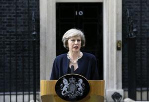 Bà Theresa May chính thức trở thành Thủ tướng Anh vào ngày 13/7 và là nữ thủ tướng thứ 2 trong lịch sử nước Anh. Trong ảnh: Bà Theresa May có bài phát biểu đầu tiên trên cương vị mới bên ngoài tòa nhà số 10 phố Downing