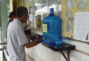 Bệnh nhân đến cơ sở điều trị methadone của thành phố Hòa Bình để uống thuốc thay thế ma túy.
