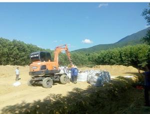 Những bao tải chất thải cuối cùng tại trang trại đang chuẩn bị được xe tải chở ra khỏi hiện trường.