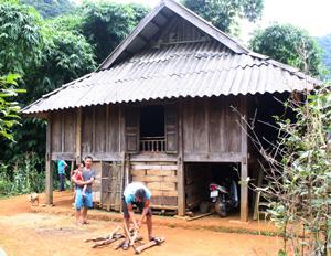 Nhờ được di rời kịp thời khỏi vị trí xảy ra sạt lở, gia đình anh Hà Văn Khuyên, xóm Dồ, xã Nam Sơn (Tân Lạc) đã ổn định cuộc sống nơi ở mới.
