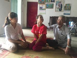 Cán bộ LĐ -TB&XH xã Hòa Sơn (Lương Sơn)  thăm hỏi gia đình  ông Nguyễn Thế Mô, thôn Bùi Trám bị nhiễm chất độc  hóa học.