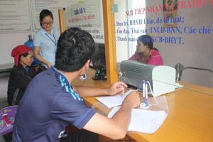 Bộ phận một cửa BHXH huyện Lạc Sơn tích cực hỗ trợ các thủ tục thanh toán bảo hiểm cho khách hàng.