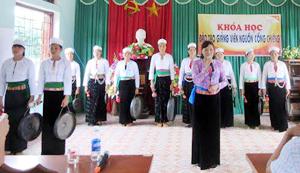 Nghệ nhân Đinh Thị Kiều Dung hướng dẫn các học viên cách biểu diễn các bài chiêng trên sân khấu.