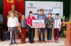 Lãnh đạo Hội LHPN tỉnh trao gói thưởng CCT1 cho Ban Quản lý dự án xã Hợp Châu.
