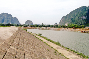Tuyến đê kè bờ sông Bôi, đoạn qua huyện Lạc Thủy đã được đầu tư nâng cấp   đảm bảo an toàn và yêu cầu chống lũ thiết kế.