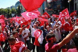 Người dân Thổ Nhĩ Kỳ xuống đường bày tỏ sự ủng hộ với Tổng thống R.Éc-đô-gan hôm 16-7 ở thủ đô An-ca-ra. Ảnh: AFP