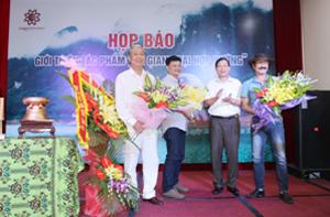 Đồng chí Bùi Văn Cửu, Phó Chủ tịch UBND tỉnh tặng hoa cho nhạc sĩ Nguyễn Cường, nhạc sĩ Minh Đạo và doanh nhân Vũ Duy Bổng.