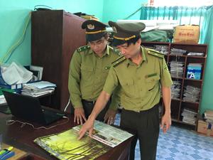 Cán bộ kiểm lâm huyện Đà Bắc trao đổi nội dung pháp luật về quản lý và bảo vệ rừng để giới thiệu, phổ biến tại các xóm.