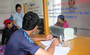 """Bộ phận """"một cửa"""" BHXH huyện Lạc Sơn tích cực hỗ trợ các thủ tục thanh toán bảo hiểm cho khách hàng."""