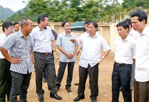 Đồng chí Bùi Văn Khánh, UVTV Tỉnh uỷ, Phó Chủ tịch UBND tỉnh (thứ 3 từ bên phải sang) chỉ đạo việc triển khai dự án trên địa bàn thành phố Hòa Bình cần phải quan tâm tới yếu tố đảm bảo môi trường.