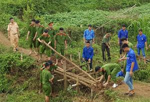 ĐVTN Công an tỉnh tham gia dỡ cầu tạm để khởi công xây dựng cầu dân sinh trên địa bàn xã Chí Đạo, huyện Lạc Sơn