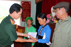 Đại diễn lãnh đạo Đảng uỷ - Bộ CHQS tỉnh trao quà cho gia đình chính sách các xã đặc biệt khó khăn huyện Đà Bắc nhiên dịp kỷ niệm 69 năm ngày Thương binh Liệt sỹ.