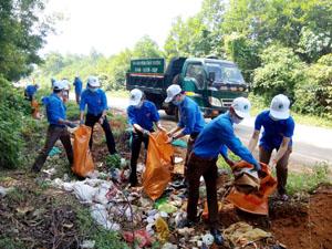 ĐVTN huyện Lạc Sơn tham gia thu gom rác thải tại khu vực dốc Búm,  xã Yên Nghiệp thiết thực hưởng ứng Ngày môi trường thế giới năm 2016.