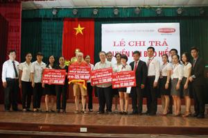 Đại diện Công ty BHNT Dai-ichi Việt Nam trao tổng số tiền 516,6 triệu đồng cho 4 khách hàng bị rủi do được hưởng quyền lợi theo đúng hợp đồng đã ký kết.