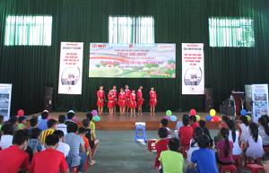Các học sinh giao lưu văn nghệ tại trại hè.