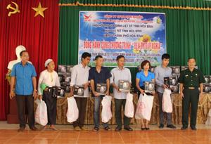 Hội Hỗ trợ gia đình liệt sỹ tỉnh, đại diện Công ty CPTM Định Nhuận tặng quà cho các hộ gia đình chính sách, người có công các xã trên địa bàn huyện Lạc Sơn.