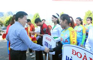 Đồng chí Nguyễn Văn Chương, Phó Chủ tịch UBND tỉnh tặng hoa chúc mừng các đoàn tham dự giải.