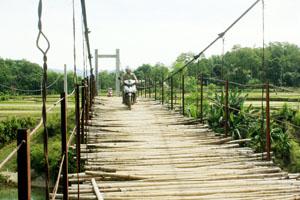 Cầu treo Be Trên, xã Chí Đạo (Lạc Sơn) được xây dựng và đưa vào sử dụng đầu năm 2011, hiện đã xuống cấp trầm trọng.